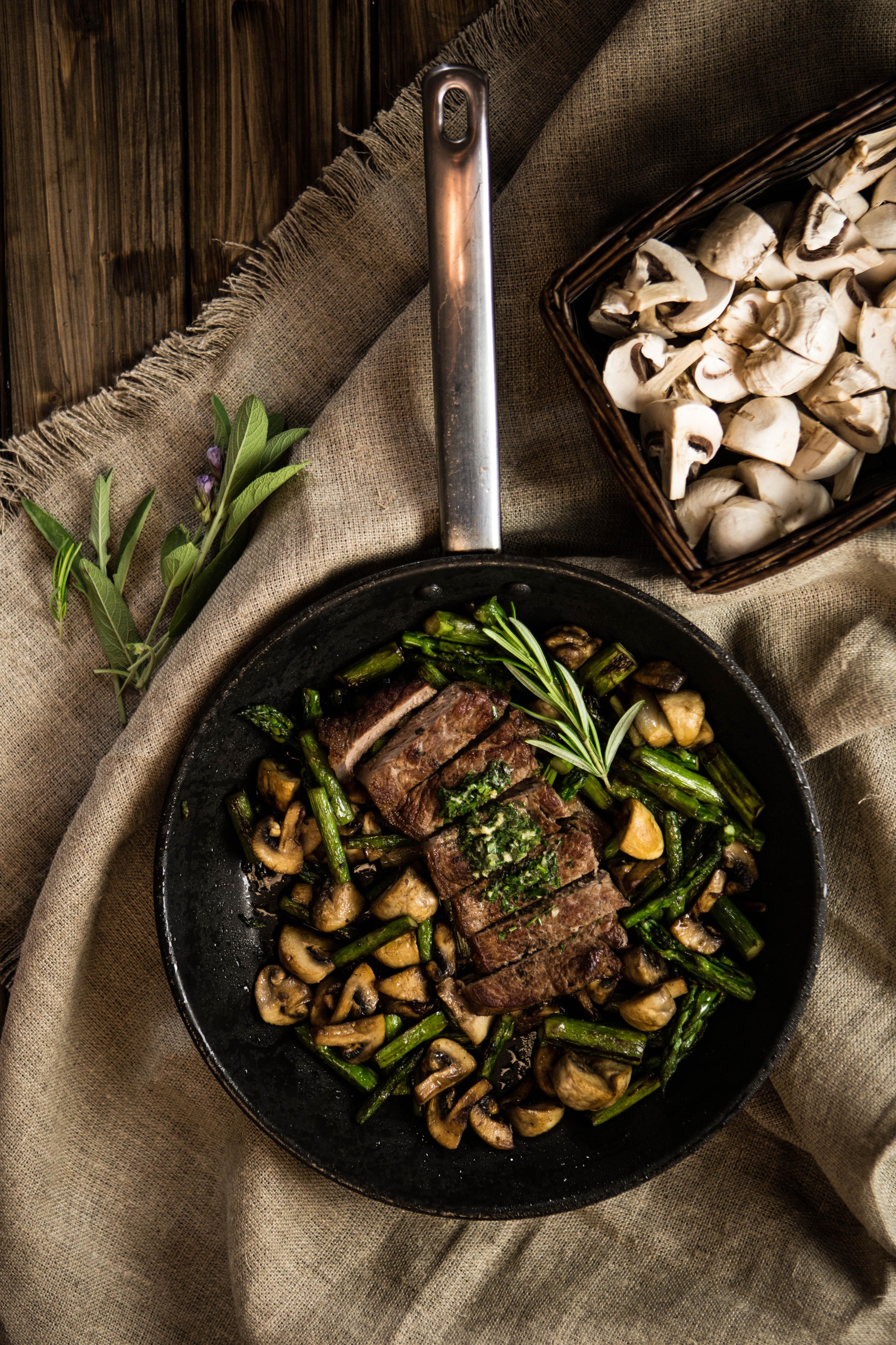Steak s bylinkovým maslom, špargľou a šampiňónami